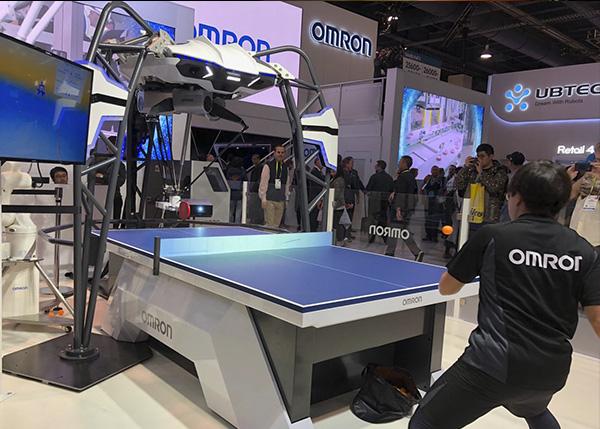 FORPHEUS, el robot de omron que enseña a jugar Ping Pong